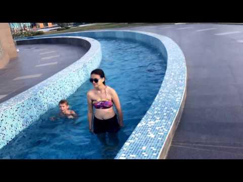 Children in the pool. SWIM./Дети в бассейне. ПЛАВАЮТ.