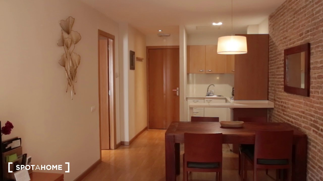 Cozy 1-bedroom apartment with balconies for rent in El Raval