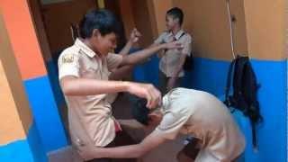 Download Video Harlem Shake Ala Anak Laki - Laki  9J Saklar MP3 3GP MP4