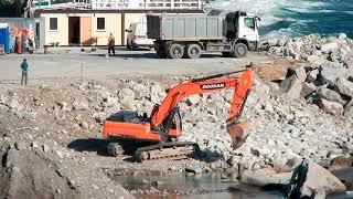 Симеиз 28 Октября 2018 Крым Дети строят набережную.Купание продолжается.