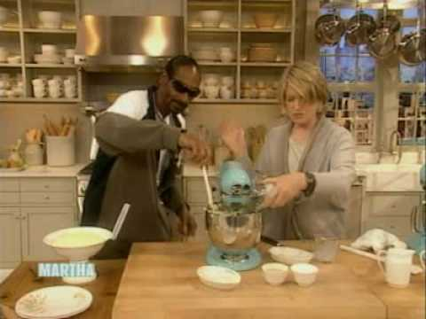 Snoop Dogg and Martha Stewart make mashed potatoes