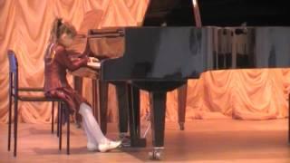 Старательная девочка играет на рояле -  в г. Херсоне. Украина.