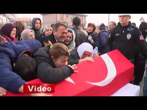 Download Kayserili Şehit Börklüoğlu'nun Acılı Eşi Törene Düğün Fotoğrafı İle Geldi HD Mp4 3GP Video and MP3