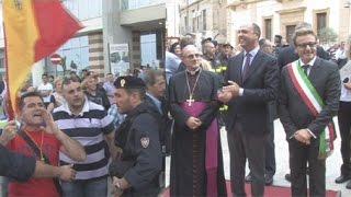 preview picture of video '2014-09-26 Il ministro Alfano a Castelvetrano tra inchini delle autorità e fischi dei contestatori'