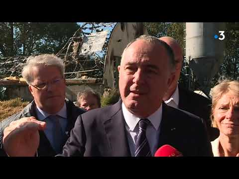 """Le ministre de l'agriculture dans une ferme incendiée : """"un acte inqualifiable"""""""