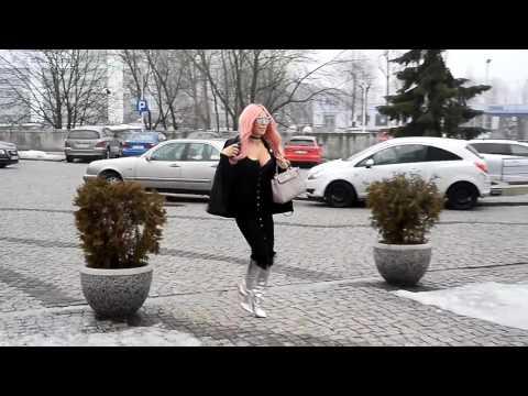 Zdjęciowa blondynka z małymi piersiami