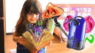 Пылесос превратился в СЛОНА! Волшебная Книга в Реальной ЖИЗНИ у нас дома! Видео для детей