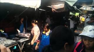preview picture of video 'ตลาดร่มหุบ Folding Umbrella Market in Mae Klong, Samut Songkhram.'