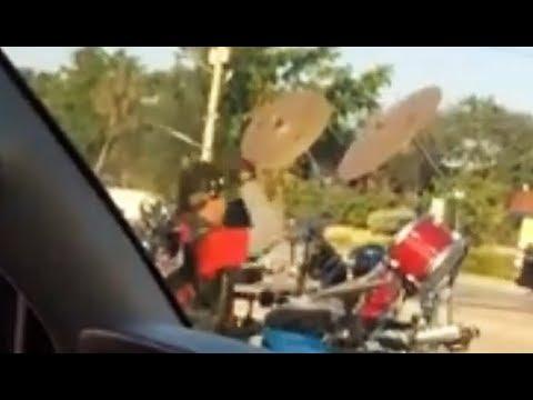 האיש הזה החליט להרכיב על אופנוע מערכת תופים והתוצאה המוזיקלית לפניכם