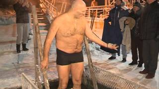 Николай Валуев окунулся в красноярскую прорубь на Крещение