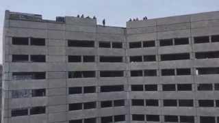 Смотреть онлайн В Мурманске разбилась девушка прыгнувшая с 9 этажа