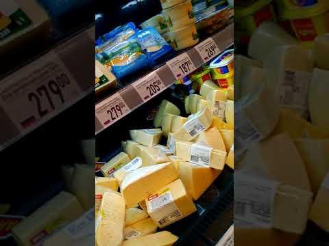 Крыса лакомится сыром прямо на полке в магазине!