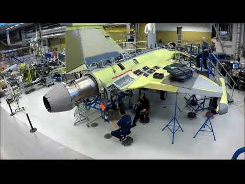 El motor del primer Gripen brasileño siendo instalado en Suecia.
