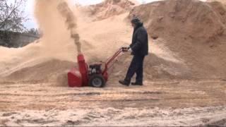 Самоходный снегоуборщик Мобил К, испытания на опилках видео