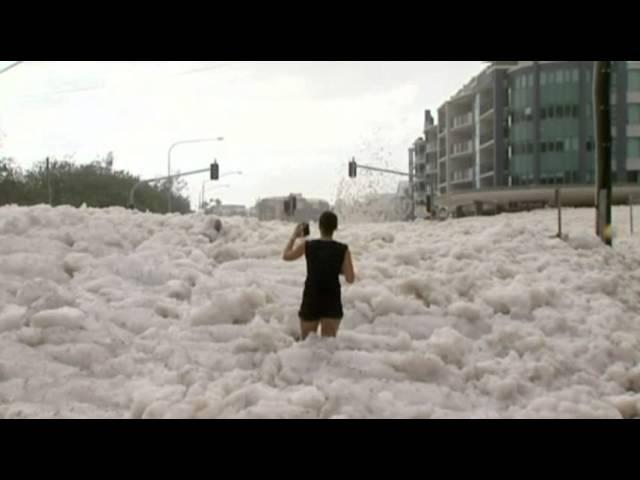 زبد البحر يغطي شوارع أستراليا