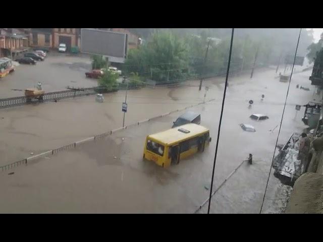 إجلاء 130 شخصا من سيارات غمرتها مياه الفيضانات