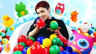 Видео для детей с Машей Капуки Кануки. Ванна с шариками для игрушек