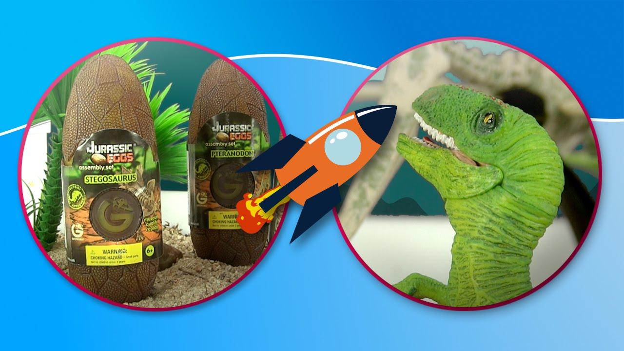 Dinosaurios. Velociraptor y Estiracosaurio juegan con los Jurassic World Eggs