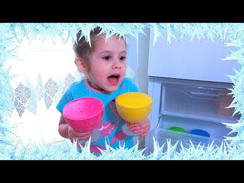Ева играет с мороженным и показывает как не надо вести себя детям