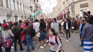 Футбольные фанаты в Москве возле ГУМ.