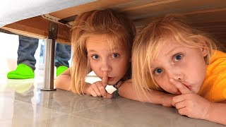 Дети играют в прятки в доме или Hide and seek