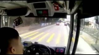 又黎! 的士佬上巴士鬧司機,被載走了,睇住自己架車越來越遠!!!!