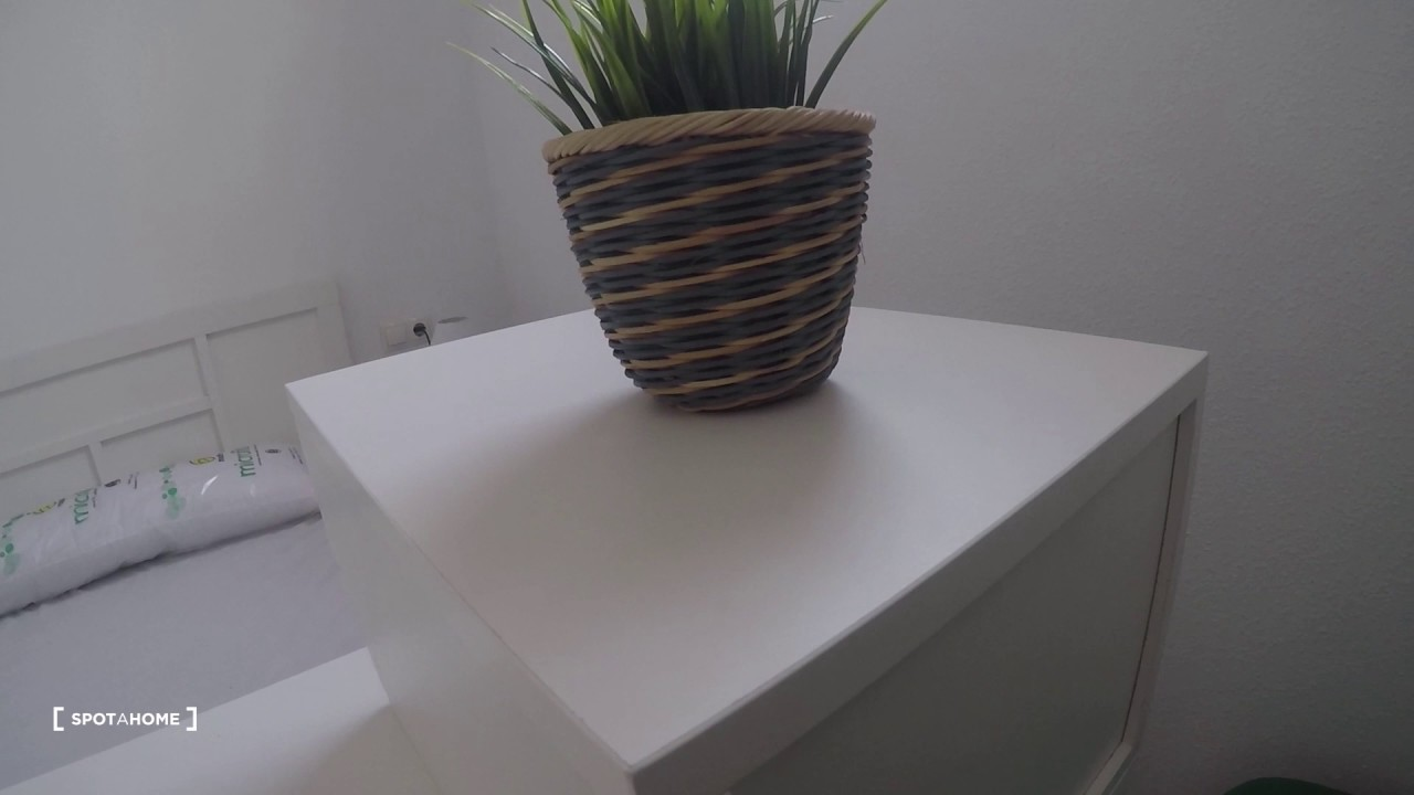 Rooms for rent in spacious 5-bedroom apartment in Madrid Río