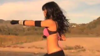 Крутая девчонка, танец и приемы единоборства