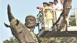 शिवाजी महाराजांच्या अश्वारूढ पुतळ्याला पुष्पांजली वाहून राज्यपालांनी अभिवादन केले;?>