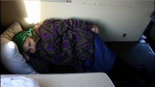 Проводница нахамила старенькой бабушке и отказалась застелить ей место