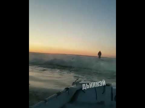 Видеофакт: В Якутии спасли двух человек, пытавшихся перейти реку пешком