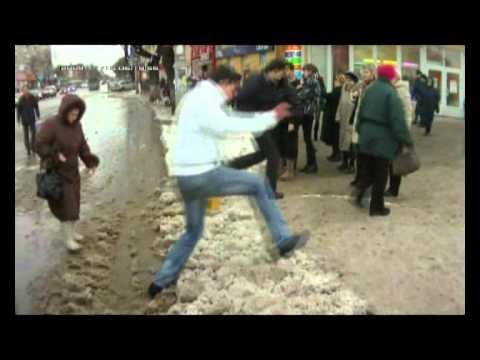 В Воронеже пешеходы утопают в снежной каше на остановках