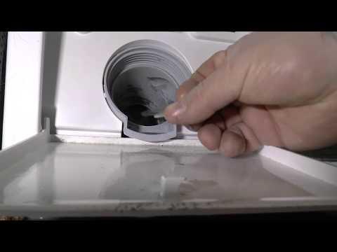 Wasser steht in der Waschmaschine