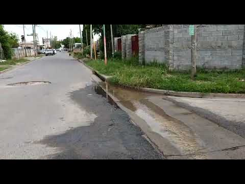 Los vecinos de 82 y 121 conviven con derrames cloacales y pérdidas de agua que destruyen el asfalto, la paciencia y el olfato de todos