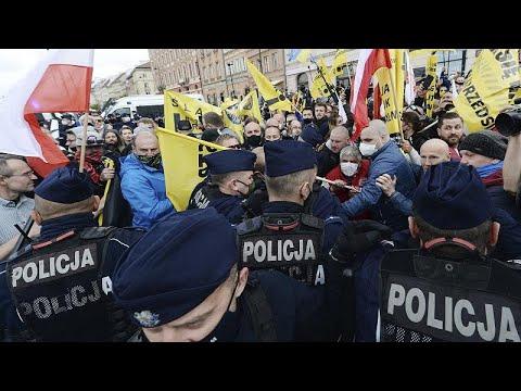 Πολωνία: Βίαιη διαδήλωση για τη μη άρση των μέτρων