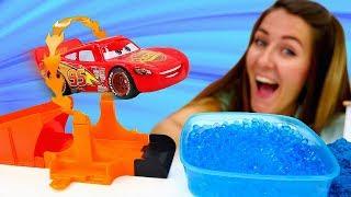 Nueva pista de carreras para Rayo McQueen. Coches en la Guardería Infantil. Vídeos de juguetes.