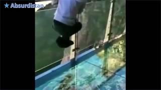 Glazen brug grappen met bezoekers Glass bridge jokes with visitors Стеклянные модные шу