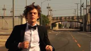 "Evan Peters dans ""White Rabbit par Tyler Shields"