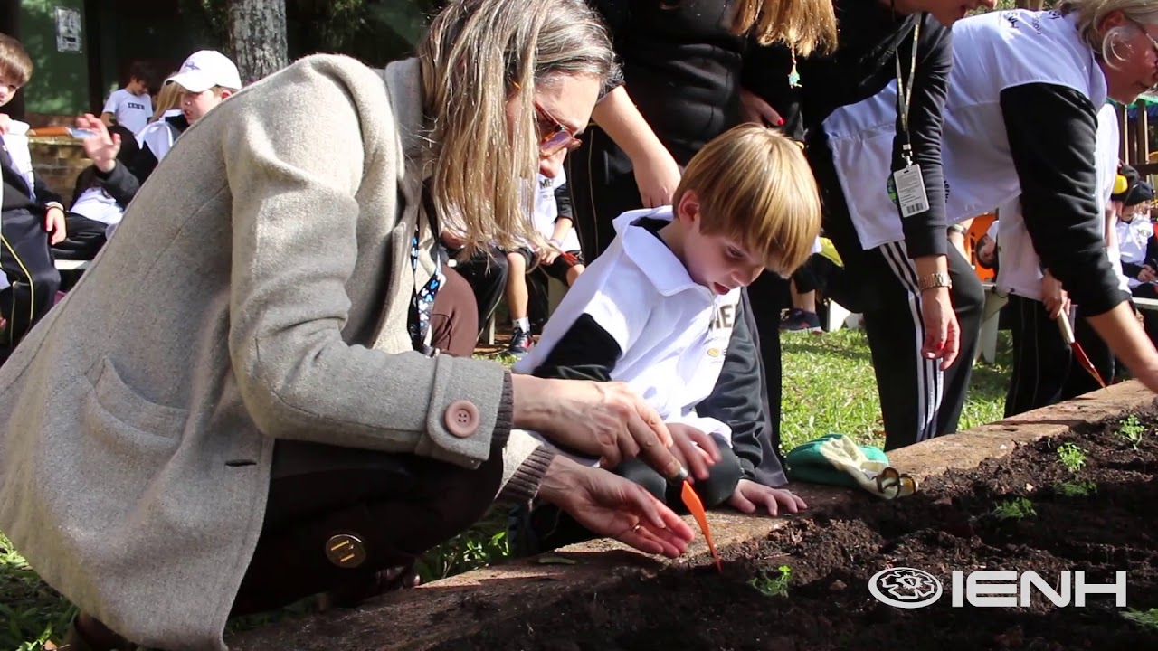 Educação ambiental: alunos constroem horta escolar na Unidade Pindorama
