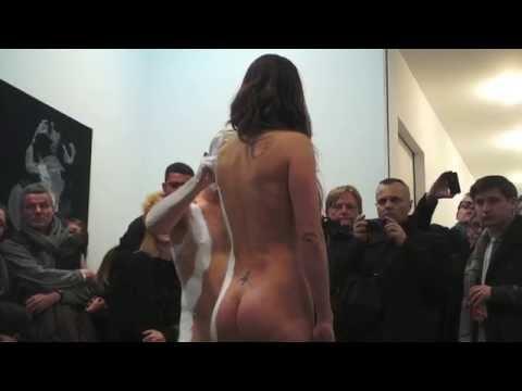 可愛い女の子が全裸ヌードモデルになって胸も股間も丸見えになっているアートイベントの様子 - おもしろメディアBOX 動画・画像 ニュースまとめ