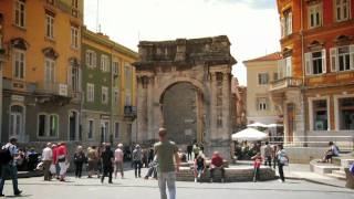 preview picture of video 'Arch of Sergi - Pula, Croatia'