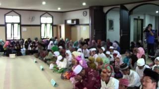 Peserta PIMNAS UB Doa Bersama Anak Yatim Piatu