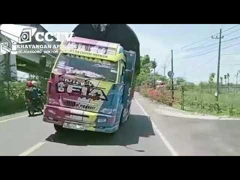 Truck FIA oleng parah roda belakang terangkat