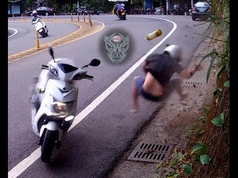 超級驚險!!過彎「壓車」機車男孩直接飛撞山壁