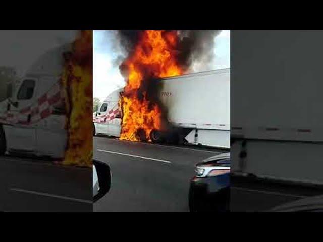 احتراق شاحنة في احد الطرق السريعة بكاليفورنيا