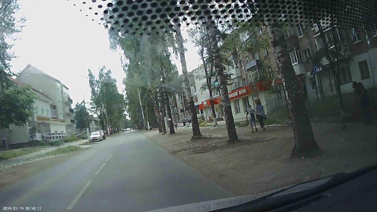 Водитель автобуса перенес девушку через дорогу в Пермском крае