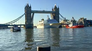 MS Hamburg: Durchfahrt der Tower Bridge