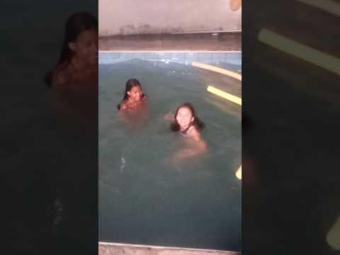 Brincando de desafio na piscina com a minha amiga