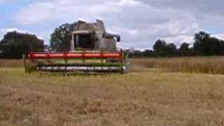 preview picture of video 'Combine Harvesting near Felmersham, Bedfordshire'