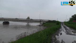 preview picture of video 'Powódź 2010 - Most: Kraków-Niepołomice (Flooding in Poland) HD 1080p'